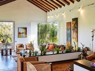 Una sala de estar llena de muebles y una lámpara de araña en CASA EN VENTA ALTO DE LAS PALMAS