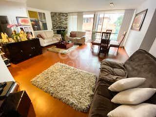 Una sala de estar llena de muebles y una chimenea en Apartamento en venta en La Alhambra