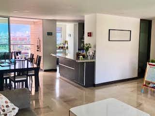 Una cocina con nevera y una mesa en Apartamento en venta en Aldea De Guayabal de 3 alcobas
