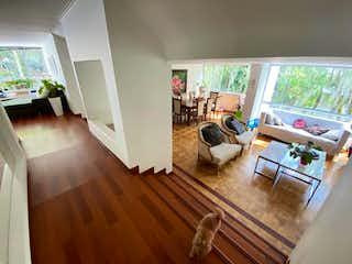 Una sala de estar llena de muebles y un suelo de madera en San Marino