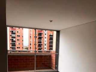 Un baño que tiene una ventana en él en Apartamento en Venta LA FERRERIA