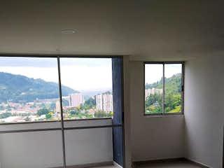 Un baño con un gran ventanal y un gran ventanal en Apartamento en Venta LA INMACULADA 1