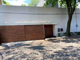 Un banco de madera delante de un edificio en Casa Venta en Tlacopac, Álvaro Obregón