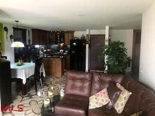 Una sala de estar llena de muebles y una planta en maceta en Torre Lisboa