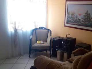 Una sala de estar llena de muebles y una televisión de pantalla plana en METROPOLITANO