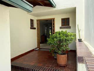 Una planta en maceta sentada encima de la mesa de madera en Casa En Venta En Bogota Sotileza