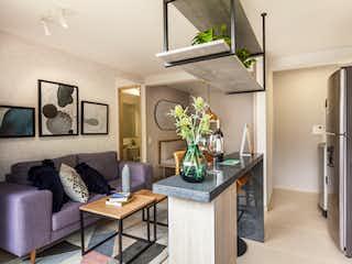 Una cocina que tiene un jarrón de flores en ella en Nogales Apartamentos