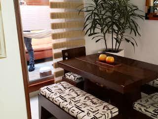 Una sala de estar con un sofá y una mesa en Venta - Casa - Colina Campestre