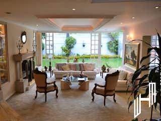 Una sala de estar llena de muebles y una ventana en VENTA DE HERMOSA Y  ESPACIOSA CASA EN SANTA ANA
