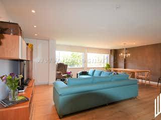 Un sofá azul sentado en una sala de estar en APARTAMENTO EN VENTA EN ROSALES