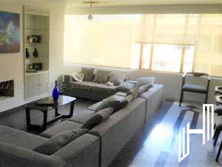 Una sala de estar llena de muebles y una chimenea en APARTAMENTO CON TERRAZA  PARA VENTA EN LA CALLEJA