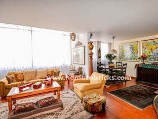 Una sala de estar llena de muebles y una chimenea en APARTAMENTO EN VENTA CON TERRAZA EN SANTA ANA OCCIDENTAL