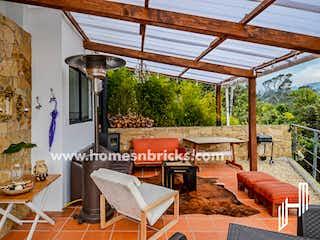 Una sala de estar llena de muebles y una ventana en CASA EN VENTA EN LA CALERA