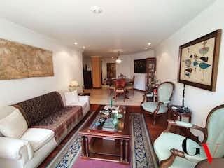 Una sala de estar llena de muebles y una chimenea en APARTAMENTO EN VENTA EN SANTA BIBIANA
