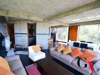 Una sala de estar llena de muebles y una ventana en HERMOSA CASA PARA VENTA EN TORCA