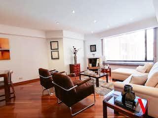 Una sala de estar llena de muebles y una chimenea en Apartamento en venta en Santa Bárbara