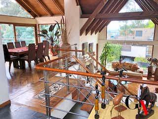 Una habitación llena de un montón de muebles de madera en HERMOSA CASA PARA VENTA EN BOSQUE DE PINOS