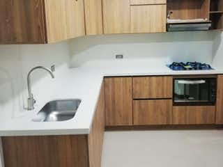 Una cocina con lavabo y microondas en CASA EN VENTA LA CEJA