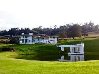 Una casa verde y blanca sentada sobre la hierba en Casa en venta en Mercenario con acceso a Gimnasio