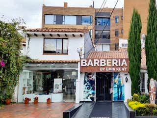 Un edificio que tiene un letrero en la calle en Venta Casa esquinera en Santa paula