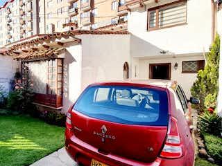 Un coche rojo estacionado delante de una casa en Casa en venta en Caobos Salazar de 3 habitaciones