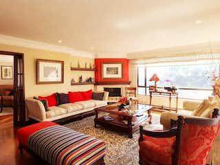 Una sala de estar llena de muebles y una mesa en Apartamento en venta en Bosque De Pinos de 4 habitaciones