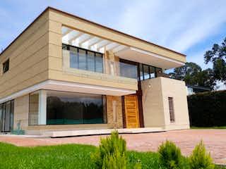 Una casa que tiene una ventana en ella en Venta casa campestre condominio Aposentos Sopo