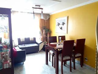 Una sala de estar llena de muebles y una ventana en Apto con altillo castilla