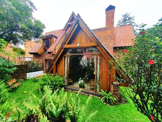Una casa que tiene una casa en ella en ESPECTACULAR CASA EN MULTICENTRO - VENTA