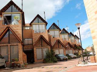 Una casa que está sentada delante de una casa en ACOGEDORA CASA EN CHIA- VENTA