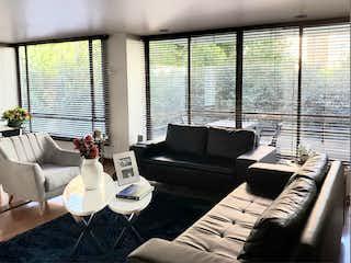 Una sala de estar llena de muebles y una gran ventana en AMPLIO APARTAMENTO REMODELADO EN BUGANVILLA - VENTA