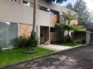 Un pequeño edificio con un letrero en la calle en Casa en venta en Hacienda San Simón con Jardín...