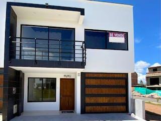 Un gran edificio blanco con una gran ventana en Casa en Venta, El Porvenir Rionegro