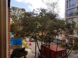 Una calle de la ciudad con un edificio y árboles en Apartamento en venta en El Virrey de 90m²