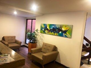 Una sala de estar llena de muebles y una televisión de pantalla plana en Apartamento en venta en San Patricio 98m²
