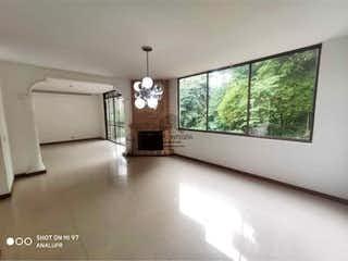 Una sala de estar llena de muebles y una gran ventana en Casa en venta en Loma del Chocho, 212mt de dos niveles