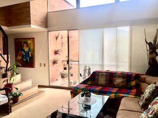 Una sala de estar llena de muebles y una ventana en Apartamento en Venta  Envigado - Otra Parte