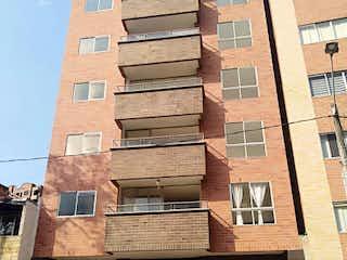 Un banco de madera sentado delante de un edificio en Apartamento en venta en Calasanz de 3 hab.