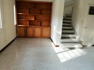 Un refrigerador congelador blanco sentado dentro de una cocina en Casa en venta en Universidad Medellín de 4 habitaciones