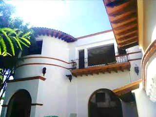 Una vista de un edificio con un reloj en él en Casa en venta, Tlacopac, San Ángel, Álvaro Obregón, CDMX