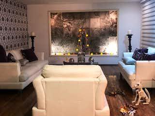 Una sala de estar llena de muebles y una gran ventana en CASA EN VENTA PASEOS DE TAXQUEÑA