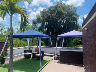 Un par de sillas de césped sentado bajo un paraguas azul en 100325 - Venta Casa Loma de El Chocho Envigado Medellin