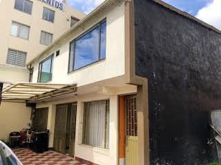 Un edificio que tiene una ventana delante de él en Casa en Venta SAN ANTONIO NORTE