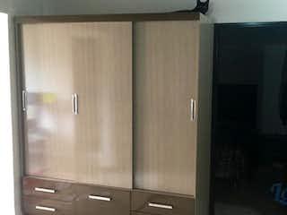 Un cuarto de baño con una puerta de ducha de cristal en Apartamento ParaVenta