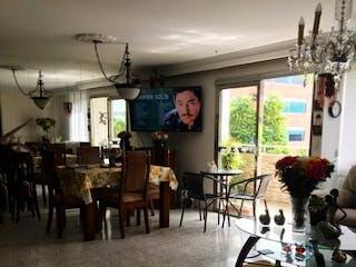 Una sala de estar llena de muebles y una ventana en SE VENDE MUY AMPLIO E ILUMINADO APTO EN LOS COLORES 4 P S/A ESTADIO