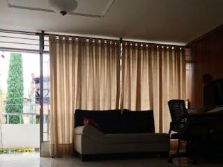 Una sala de estar llena de muebles y una ventana en SE VENDE CASA EN PH SIMON BOLIVAR 1 PISO CON NIVELES.