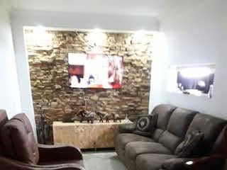Una sala de estar llena de muebles y una ventana en SE VENDE CASA EN PROPIEDAD HORIZONTAL 1 PISO CON SUBNIV EN LA ALMERA