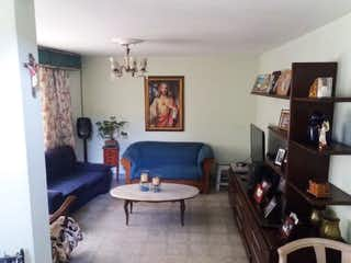Una sala de estar llena de muebles y una mesa de café en SE VENDE MUY BUENA CASA ESQUINERA LA ALMERA ,ALTA MIXTURA