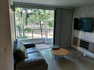 Una sala de estar llena de muebles y una televisión de pantalla plana en SE VENDE EXCELENTE APTO EN LOS COLORES AMPLIO Y MUY ILUMINADO
