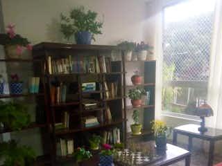 Una sala de estar llena de muebles y una planta en maceta en APARTAMENTO EN LAS COMETAS (ENVIGADO) 300 MM